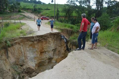 Em Braço do Norte, a ponte da comunidade de Riacho Alegre foi arrastada com as fortes chuvas. Foto: Ge Accordi/Prefeitura de Braço do Norte/Divulgação/Notisul