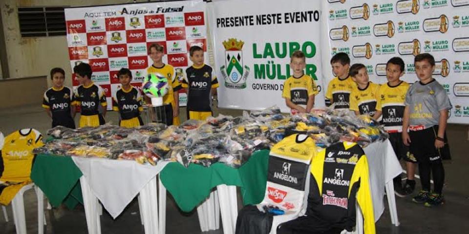 Uniformes são entregues para alunos dos projetos esportivos da CME de Lauro  Müller d0d529d06eba7