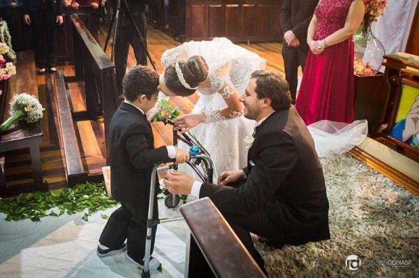 Davi emociona ao entrar no casamento da fisioterapeuta que o ajudou a andar