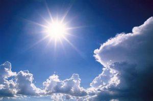 Céu azul com nuvem e sol