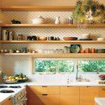Cozinha decorada com prateleiras
