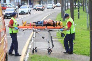 Motociclista atropela mulher na Avenida Centenário e foge do local