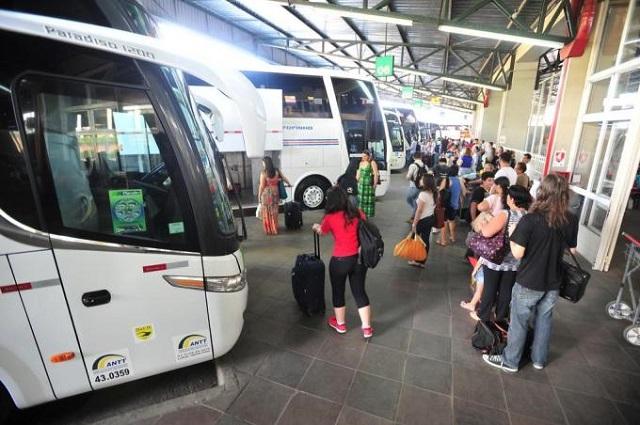 Passageiros entrando em ônibus