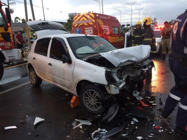 Após colisão frontal, condutor fica prensado dentro de veículo na Av. Centenário