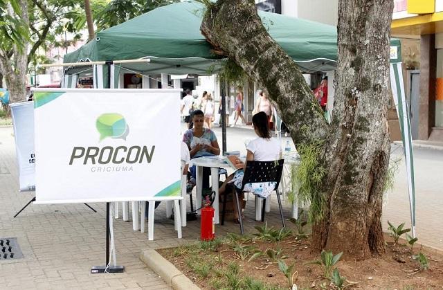 No Dia Internacional do Consumidor, Procon orienta comunidade na Praça Nereu Remos