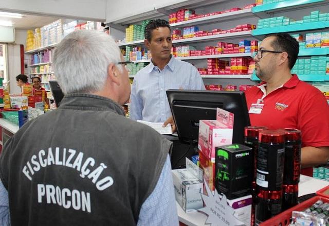 Procon multa farmácias de Criciúma por falta de atendimentos prioritários