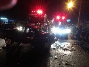 Grave acidente deixa motoristas presos nas ferragens