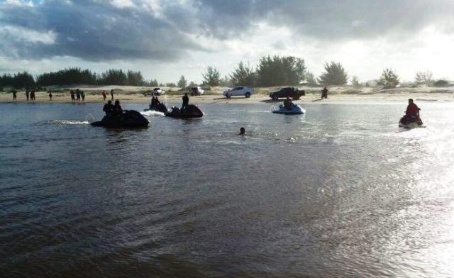 Bombeiros fazem buscas de suposta vítima submersa na Barra do Torneiro