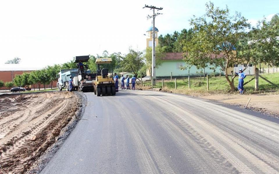 Comunidade de Rio Capivaras Alto recebe capa asfáltica em Lauro Müller
