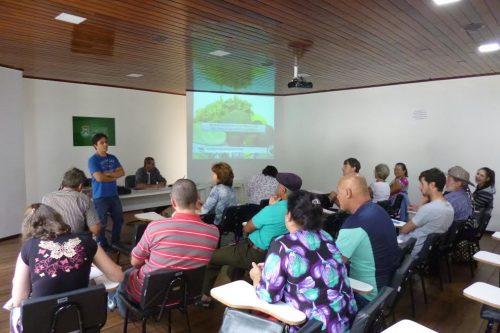 Engenheiro agrônomo da Cidasc profere palestra para integrantes do Grupo de Produtores Orgânicos, em Lauro Müller