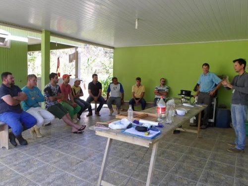 Apicultores de Orleans participam de oficina sobre manejo de colmeias para o inverno