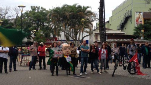 Manifestantes se reúnem para protesto contra Temer, em Criciúma2