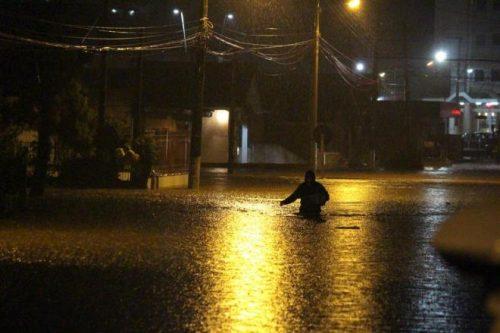 Chuva causa alagamentos e cancelas aulas na Serra