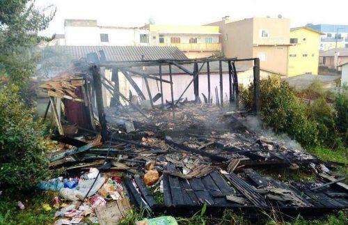 Corpo é encontrado em casa incendiada em Monte Carlo