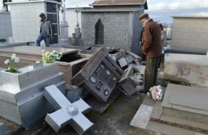 Em Lages, mais de 50 túmulos são depredados, e jazigo de vítimas de crime lendário de 1902, destruído