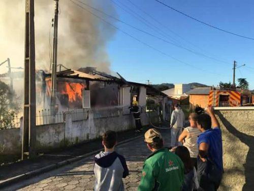 Família de Capivari busca ajuda após incêndio