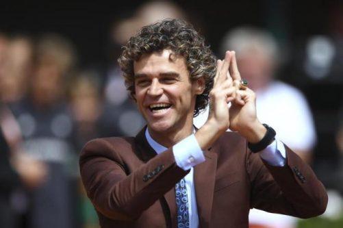Guga é homenageado antes da final masculina de Roland Garros