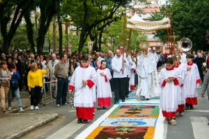 Corpus Christi: ser presença eucarística e rezar pelo Brasil