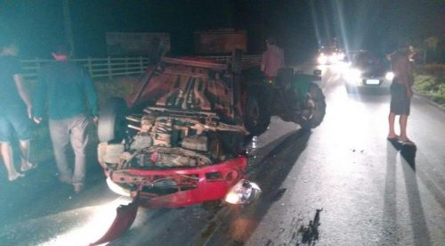 Idosos ficam feridos após carro colidir em trator e capotar na SC-290, em São João do Sul2