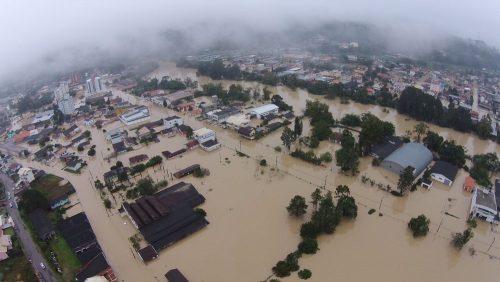 Imagem aérea feita nesta terça-feira mostra ruas alagadas de Rio do Sul (Foto Sérgio Medeiros Divulgação)