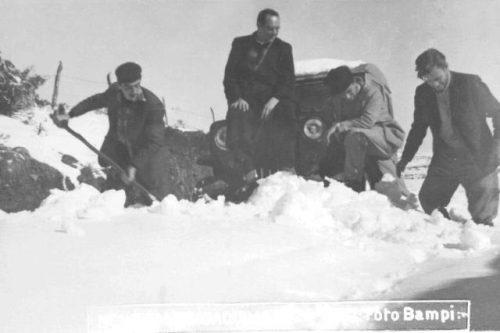Padre Oselame (ao centro) e amigos tentam retirar a neve para passagem do jipe emprestado para celebrar missas