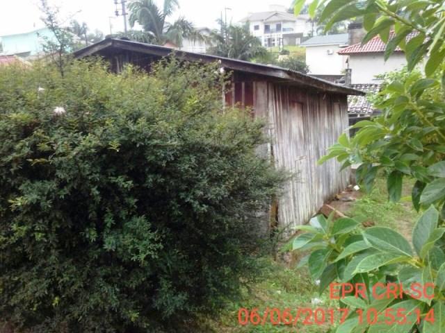 Parte de casa de madeira desaba em Criciúma