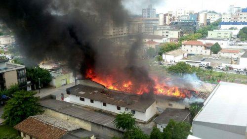 Perícia aponta falhas em depósito de loja destruído por incêndio em Içara