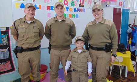 Policiais Militares de Tubarão comemoram aniversário de criança