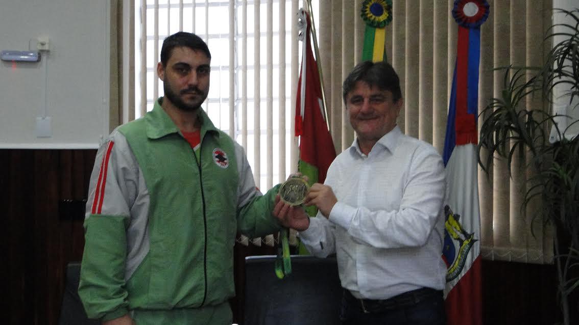 Prefeito recebe orleanenses medalhistas no Campeonato Estadual de Taekwondo