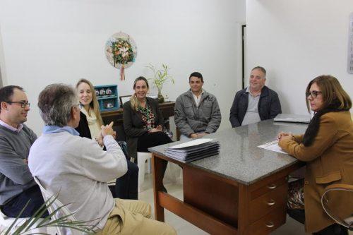 Projetos elétricos de escolas municipais são entregues pela Satc à Prefeitura