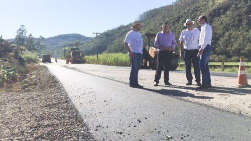 Serra do Corvo Branco recebe mais seis quilômetros de pavimentação