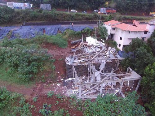 Sobre solo encharcado, prédio em construção desaba em Concórdia