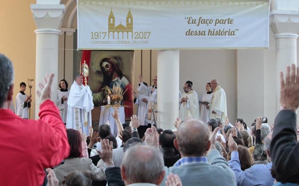 Solenidade de Corpus Christi reúne milhares no centro de Criciúma