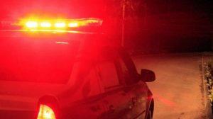 Carro da polícia viatura giroflex foto noturna noite