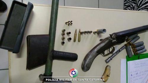 Drogas, armas e munições são apreendidas durante operação policial em Laguna