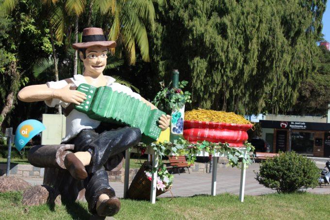 Atrações variadas, gastronomia e vinhos esperam o público na Praça Anita Garibaldi