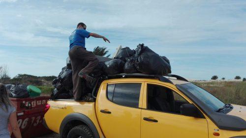 Mutirão recolhe duas toneladas de lixo no balneário Camacho, em Jaguaruna