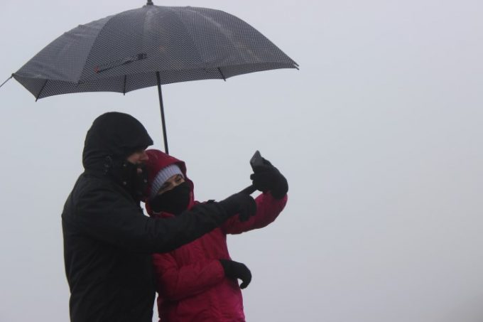 No ponto mais alto do Estado, turistas esperam por horas, mas neve não cai3