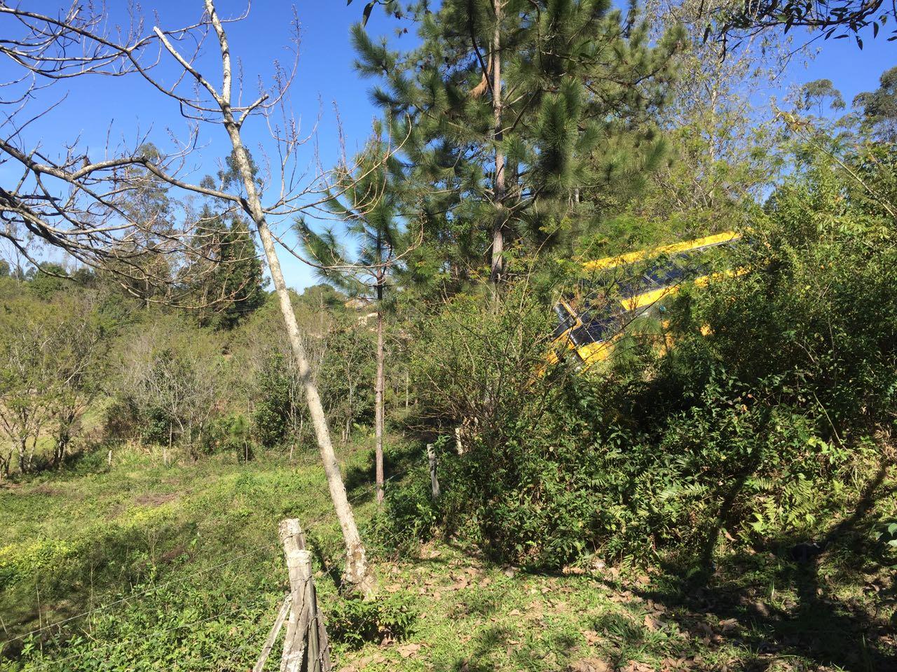 Ônibus escolar de Urussanga quebra barra da direção e fica pendura em árvores na SC-1083