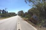 Ônibus escolar de Urussanga quebra barra da direção e fica pendura em árvores na SC-1089