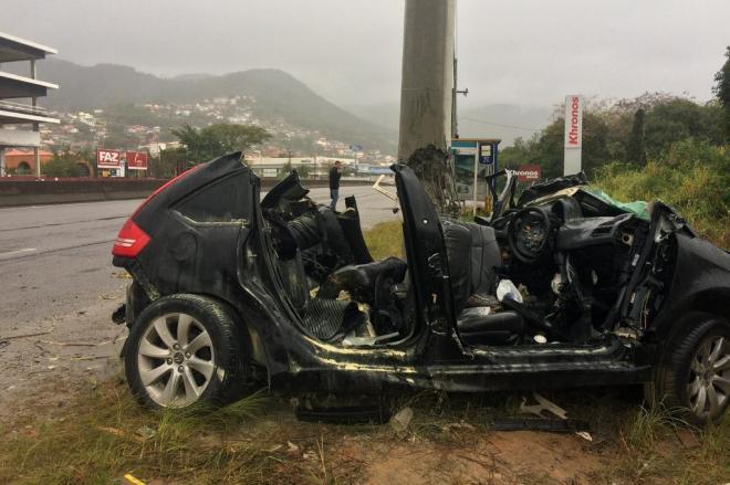 Duas pessoas morrem em dois acidentes com sete carros na SC-401, em Florianópolis