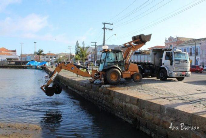 Maré seca deixa entulhos e problemas na captação de água