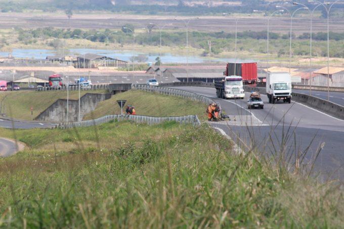 Trabalhos de roçadas chegam a Sangão e modificam tráfego em vias laterais