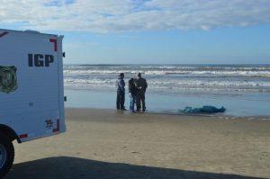 Mulher é encontrada morta na Praia da Meta, em Balneário Arroio do Silva