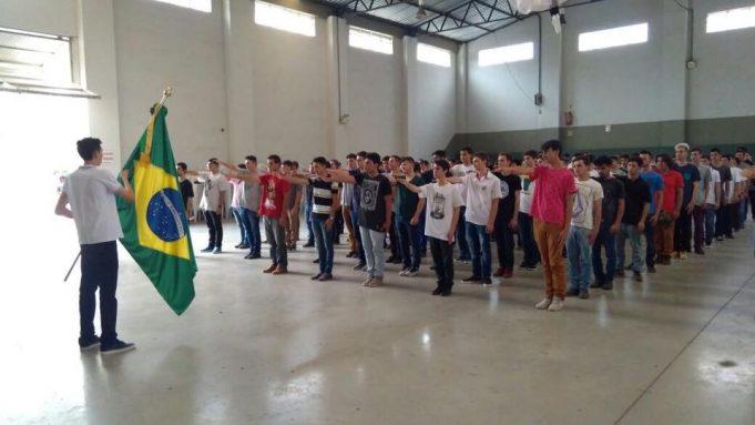 Jovens fazem juramento à bandeira e recebem Certificado da Dispensa de Incorporação
