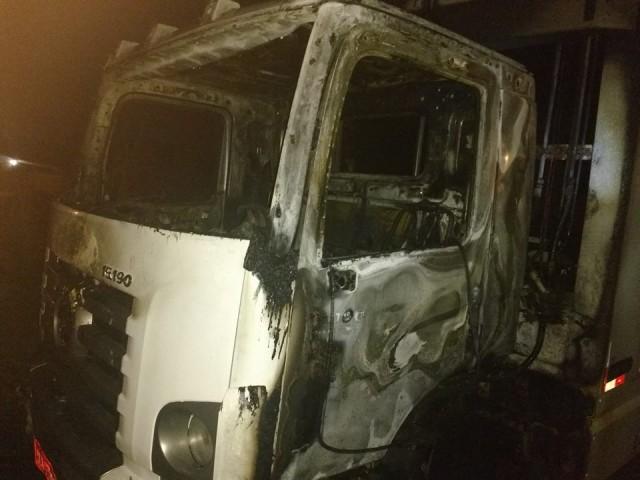 Caminhão de coleta de lixo da Prefeitura de Laguna é alvo de incêndio