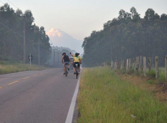 Ciclistas organizam mobilização a favor de acostamentos nas SCs-441 e 100