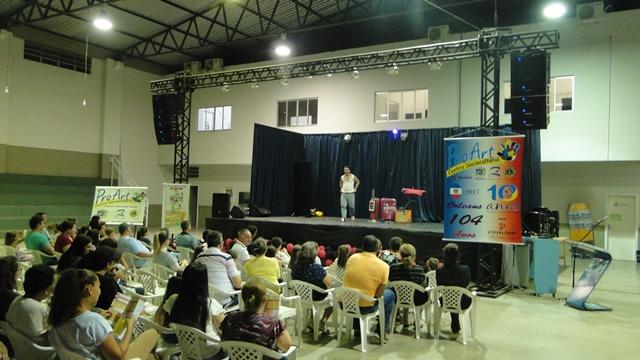 Apresentação teatral do Grupo Dona Zefinha diverte o público, em Orleans