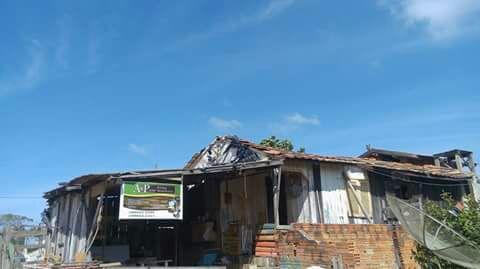 Família em casa condenada pela Defesa Civil pede ajuda, em Capivari de Baixo