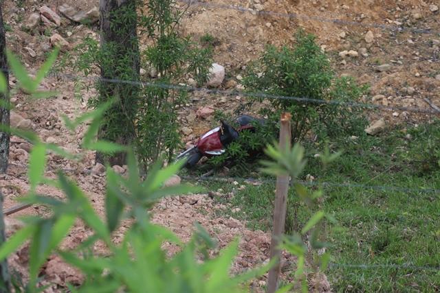 Motociclista cai em barranco e fica a poucos centímetros de cerca de arame farpado em Orleans
